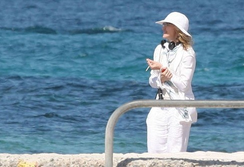 20100729-madonna-on-the-set-upcoming-movie-we-cannes-france-01.jpg