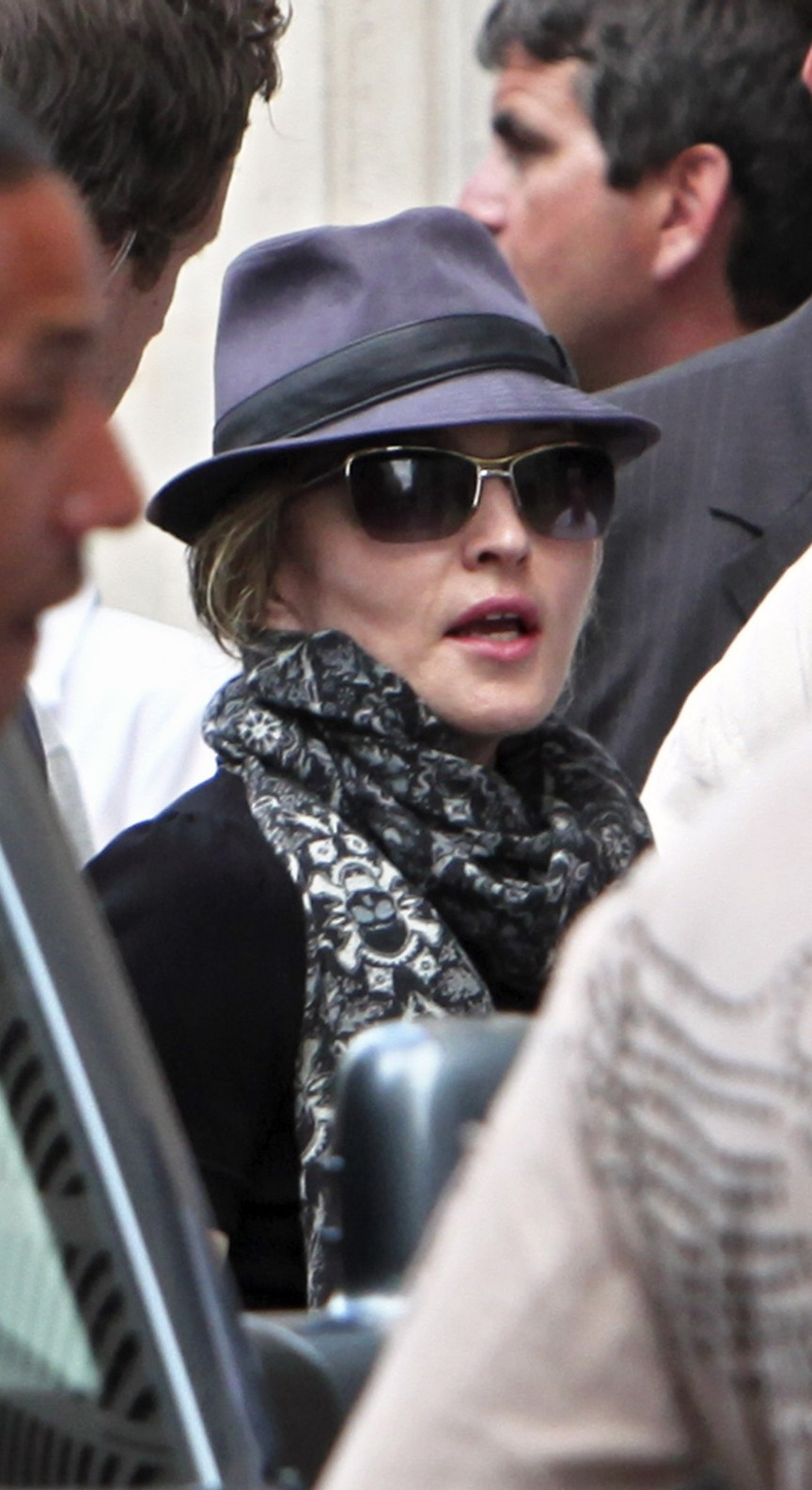 20100731-madonna-arrives-hotel-saints-peres-abmad-exclusive-09.jpg