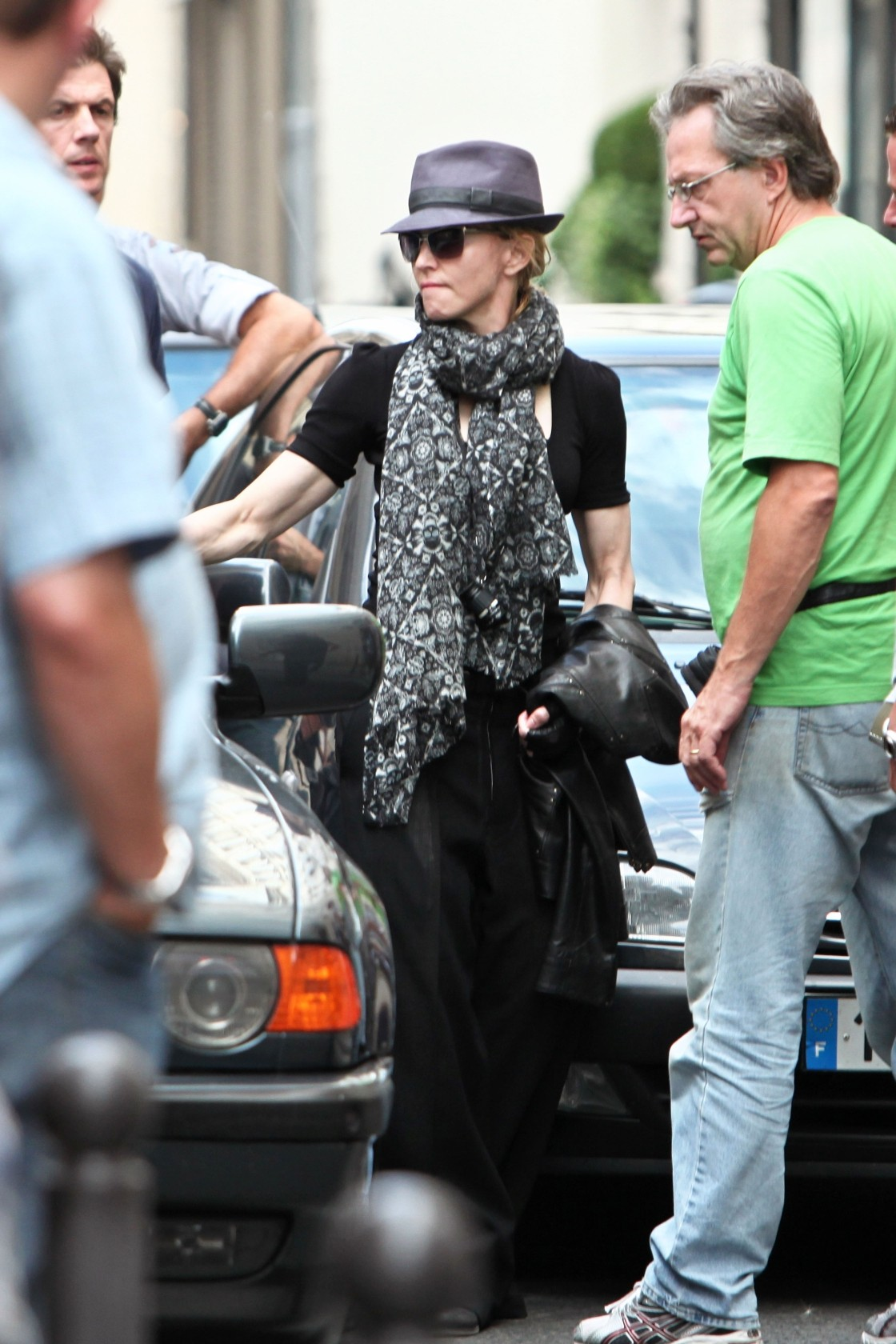 20100731-madonna-arrives-hotel-saints-peres-abmad-exclusive-12.jpg